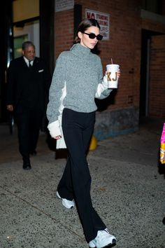 Kendall jenner style 601863937688658042 - Kendall Jenner Swaps Her Vintage Vuitton Bags For A Personalised Reusable Coffee Cup Source by tokyotoyshop Looks Street Style, Looks Style, Celebrity Outfits, Celebrity Style, Mode Outfits, Fashion Outfits, Look Star, V Model, Magazine Mode