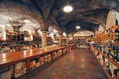 Wijnbar N'ombra du Vin Eenmaal plaatsgenomen aan de grote lange tafel in deze wijnbar, kijk ik mijn ogen uit. De wand is gevuld met wijnflessen en het geeft het cafe een klassieke, warme uitstraling. Het is vrijdagavond en het café is gevuld met jonge Milanesen die het weekend inluiden onder het genot van een lekkere prosecco of rode wijn. (Via San Marco 2)