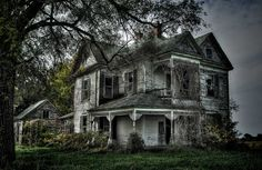9. I'm sure this Victorian home in rural Missouri was once quite beautiful. Now it looks like something from a horror movie.
