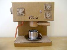 DIY Cardboard Coffee Machine - als mijn meid nog een meisje was kreeg ze er een ;-)