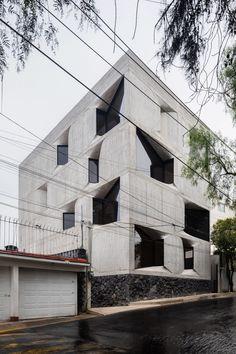 Windows punctuate board-marked concrete facade of DL1310 Board Formed Concrete, Concrete Facade, Exposed Concrete, New York Architecture, Modern Architecture, Villas, Minimal Apartment, Lattice Screen, Concrete Projects