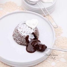 """Mentre Cucino Bevo un Crodino, con lo Chef Alessandro Borghese! Ingredienti per 4 persone: 100 g di cioccolato fondente, 80 g di zucchero a velo, 80 g di burro salato, 20 g di farina """"00"""", 2 uova."""