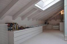 Ristrutturazione ed interior design sottotetto: Camera da letto in stile in stile Moderno di F_Studio+ dell'Arch. Davide Friso