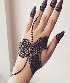 These stuning simple mehndi designs will suits you on every occassion. In Indian culture, mehndi is very important. On every auspicious occasion, women apply mehndi to show the importance of the occasion. Henna Hand Designs, Mehndi Designs Finger, Latest Henna Designs, Mehndi Designs For Girls, Stylish Mehndi Designs, Mehndi Designs For Beginners, Mehndi Design Photos, Mehndi Designs For Fingers, Latest Mehndi Designs