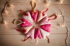 Vánoční srdce Srdiečka z novej kolekcie Vianoce 2014 tentokrát v krásnej vínovočervenej kombinaácii, ušité z krásnych dizajnových bavlnených látok z dovozu. Výška srdiečka je cca 10cm.