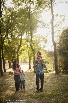 Sesiones de otoño en la Sierra de Guadarrama, fotografía infantil en el campo, fotos de familia divertidas y naturales. Sierra de Madrid.