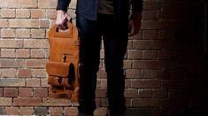 Bolsa para homem tem que ser assim: couro, lã e qualidade artesanal