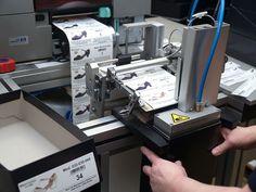 Ein Etikettendrucker, der seine Daten direkt aus dem Auftrags- und Produktionswesen bezieht, versieht jeden Karton mit einem individuellen Etikett, welches Aufschluß über den Inhalt wie etwa das Produktionsdatum, das enthaltene Modell inklusive vollständiger Beschreibung sowie die Schuhgröße gibt. Ein großes Farbfoto des Schuhmodells auf dem Etikett ermöglicht den Händlern eine schnelle Unterscheidung der Modelle.