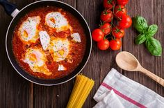 Looking for a quick meal with tons of flavor and that is healthy? Israeli Shakshuka fits the bill! Here is a recipe which you can easily make at home! Hcg Diet Recipes, Greek Recipes, Vegetarian Recipes, Healthy Recipes, Soup Recipes, Healthy Soup, Healthy Meals, Vegetarian Chili, Healthy Protein