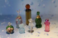 Pretty Perfume Bottles - Emilia's Home Blog Diy Dollhouse, Dollhouse Miniatures, Mini Makeup, Miniature Bottles, Doll Furniture, Jewelry Shop, Bath And Body, Glass Vase, Perfume Bottles