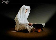 """Sure 12, Vers 3  """"Wir berichten dir die schönsten Geschichten dadurch, daß Wir dir diesen Qur'an (als Offenbarung) eingegeben haben, obgleich du zuvor wahrlich zu den Unachtsamen gehörtest.""""  Meine lieben Geschwister, haltet stets ein Lächeln auf euren Lippen, denn wir sind eine Familie, die von Allah recht geleitet werden! Wir atmen die selbe Luft, beten in eine Richtung, haben die selben Tränen im Auge - wir genießen die Gesellschaft des Allmächtigen und sind auch alleine nie einsam!"""