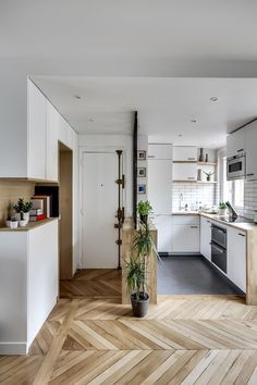 save your kitchen up-to-date starting afterward your floor. Use this guide to the hottest kitchen flooring trends and locate stylish kitchen flooring Types Of Kitchen Flooring, Kitchen Floors, Modern Floor Tiles, Tile Floor, Inexpensive Flooring, Mini Kitchen, Stylish Kitchen, Cheap Kitchen, Cuisines Design