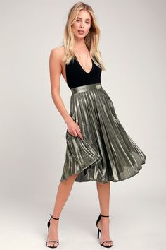 Never be afraid to stand out on the dance floor in the Lulus Star Shine Gold Pleated Midi Skirt! Gold Skirt, Metallic Skirt, Sequin Mini Skirts, Pleated Midi Skirt, Sequin Skirt, Holiday Dresses, Holiday Outfits, Skirt Fashion, Fashion Outfits