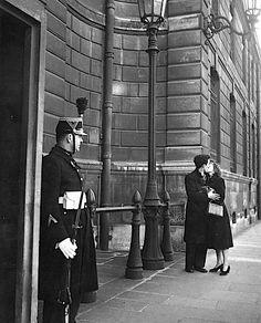 The kiss in front of the Republican guard, Paris 1950 - Robert Doisneau