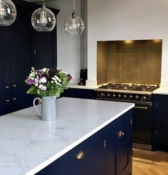 kitchen splashbacks Stuck for splashback ideas? How about brass or gold? This brass tiled Splashback just makes this kitchen, the navy blue cabinets and white work surface pair be Open Plan Kitchen Dining Living, Navy Kitchen, Brass Kitchen, Kitchen Units, Kitchen Doors, Kitchen Backsplash, Kitchen Splashback Ideas, Kitchen Worktops, Kitchen Sink