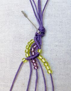 Wave-making macramé bracelets. Free tutorial. Hit translation. This is so lovely when you see the finished piece.