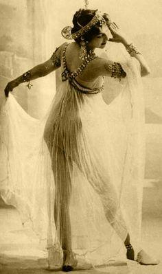 Mata Hari rejette très tôt le conformisme bourgeois et devient une courtisane ainsi qu'une danseuse exotique.Elle apprend l'art de la séduction. Mariée à un officier de l'armée coloniale néerlandaise, on raconte qu'elle séduit et attire chez elle des hommes importants.