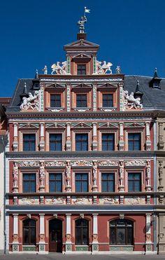 """Das Haus zum Breiten Herd ist ein Bürgerhaus der Renaissance am Nordrand des Fischmarkts (Nr. 13) in der Altstadt von Erfurt. Es zählt zu den prachtvollsten & bekannt-esten Renaissancebauten der Stadt. Es wurde 1584 errichtet. 1734 wurde das Haus mit dem ehemaligen Nachbarhaus """"Zum Stötzel""""  vereinigt. Die Fassaden-gestaltung der Renaissance wurde 1968 rekonstruiert. Herd, 18th Century, Old Things, Germany, Mansions, House Styles, Places, Buildings, Travel"""