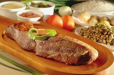 Brazilian traditional food - Um banquete de carne de sol inclui sempre feijão-verde, macaxeira, farofa d'água, pirão de leite e vinagrete
