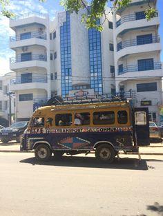 On peut tout manquer à dakar Sauf ces bus , ils nous décrivent la culture vivante qu'il y a au Sénégal   Dakar en face de la  télévision Ouest Tv Crédits: Mernat bls  #Dakar #Senegal Senegal Travel, Senegal Dakar, La Face, Sauf, Culture, Album, Tv, Television Set, Card Book