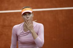 全仏オープンテニス(French Open 2014)、女子シングルス2回戦。試合後、歓声に応えるマリア・シャラポワ(Maria Sharapova、2014年5月28日撮影)。(c)AFP=時事/AFPBB News