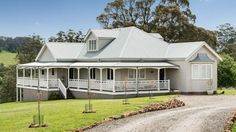 Take full advantage of our Streamlined Building Systems. Control over price, quality and timing without sacrificing individuality or design flexibility. Queenslander House, Weatherboard House, Hamptons Style Homes, Hamptons House, Southern Farmhouse, Farmhouse Style, Country House Design, Country Style, Bloomfield Homes