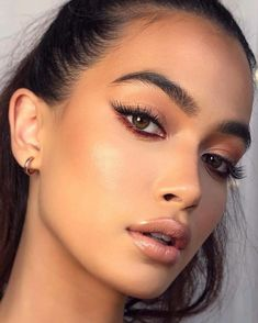 Gorgeous nude lip gloss and eyeliner makeup look