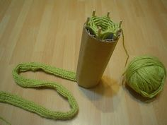 LE KOSE DI KALINTA: TUTORIAL ECO - CATERINETTE Spool Knitting, Baby Knitting, Knitting Machine, Crochet Slippers, Crochet Yarn, Weaving Projects, Crochet Projects, How To Make Rope, Finger Knitting