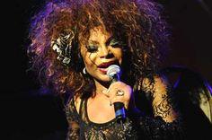 A cantora Elza Soares mostra o que faz de melhor: sambas e retórica afiados (Foto: Divulgação)