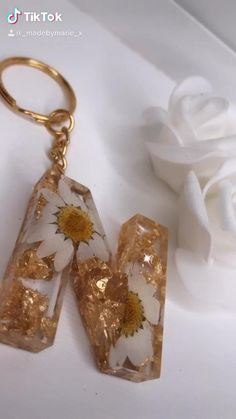 Epoxy Resin Art, Diy Resin Art, Diy Resin Crafts, Diy Crafts Hacks, Diy Crafts For Gifts, Diy Arts And Crafts, Creative Crafts, Diy Resin Keychain, Diy Resin Projects