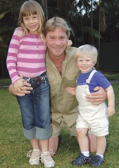 Steve Irwin with Bindi and Bob Terri Irwin, Steve Irwin, Irwin Family, Crocodile Hunter, Bindi Irwin, Love Your Family, Old Movie Stars, Old Tv Shows, Mature Men