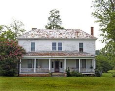 old houses - Yahoo Image Search Results Farmhouse Homes, Southern Farmhouse, Southern Charm, Old Abandoned Buildings, Old Mansions, Unusual Homes, Old Farm Houses, Cottage Design, Exterior Design
