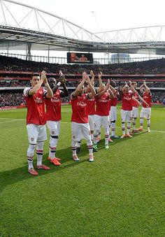 Arsenal players saluting the fans after the victory against Everton #AFCvEFC