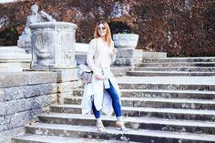 Beigen Trenchcoat kombinieren: Mit Skinny Jeans und Valentino Rockstuds / http://whoismocca.com
