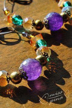 Orecchini realizzati a mano, coralli viola, gialli e verde. Handmade earings, violet, yellow and green.