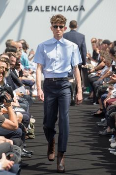 See all the Collection photos from Balenciaga Spring/Summer 2017 Menswear now on British Vogue Modern Mens Fashion, Mens Fashion Week, Fashion 2017, Fashion Show, Paris Fashion, Fashion Spring, Runway Fashion, Balenciaga Spring, Balenciaga Mens