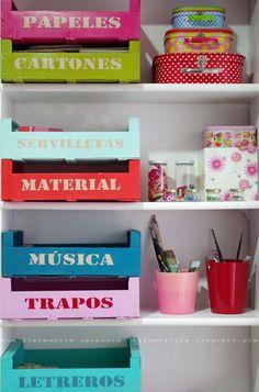 Cajas de fruta como organizador de estantería. Una Bruja Piruja