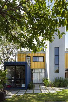 Ao visitar os sogros, que moravam em um catamarã em Salvador, o arquiteto Danilo Cobras, fundador do escritório Container Box, teve seu primeiro insight sobre casas alternativas, montadas com espaços mínimos e não exatamente tijolos e cimento.