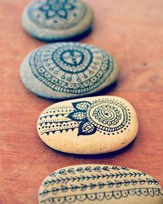 réaliser-de-la-peinture-sur-galets-motifs-mandala-idée-activité-manuelle-adulte-idée-créative-projet-bricolage-facile-et-rapide