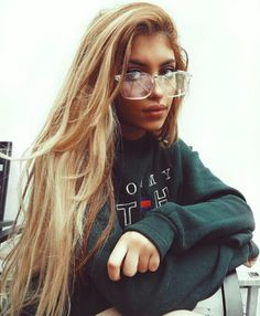 Green outfit ideas / Pinterest: Heatonminded Street Style Fashion Week, Street Style Edgy, Look Fashion, Womens Fashion, 90s Fashion, Fashion Trends, Clear Glasses Fashion, Pretty People, Beautiful People