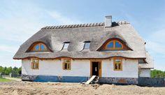 Dom z gliny, kryty strzechą