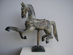 Paard op standaard 45cm groot antiek grijs