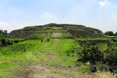 Piramide de Cuiculco, es de arcilla apisonada recubierta de piedras con un altar para los sacrificios y una necrópolis.