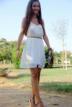 outfit verano 2013 con vestido blanco bershka zapatos marypaz y complementos stradivarius