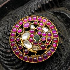 Indian Jewellery and Clothing: Elegant temple ruby jewellery from Arnav jewellers. Jewelry Design Earrings, Gold Jewellery Design, Emerald Jewelry, Gold Jewelry, Antic Jewellery, Jewelry Art, Egyptian Jewelry, Indian Jewelry, Indiana