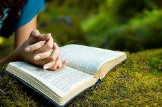 Vocês o amam, mesmo sem o terem visto, e creem nele, mesmo que não o estejam vendo agora. Assim vocês se alegram com uma alegria tão grande e gloriosa, que as palavras não podem descrever. Vocês têm essa alegria porque estão recebendo a sua salvação, que é o resultado da fé que possuem. 1 Pedro 1:8-9