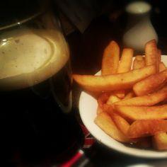 """@kiedys's photo: """"Guinness & chips. Zawsze."""" Guinness, Carrots, Chips, Vegetables, Food, Carrot, Potato Chip, Vegetable Recipes, Eten"""