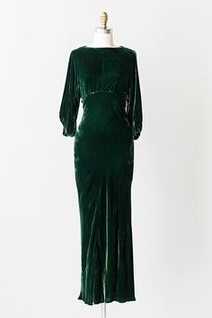VINTAGE 1930S GREEN SILK VELVET OPEN BACK GOWN // Name:Harlean Harlow Gown A stunning example of vintage 1930s Hollywood glamour! Vintage 1930s green silk velvet gown features cream and green silk flowers clustered along the open cut out back.