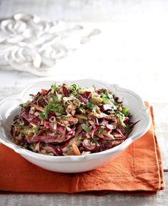 Υπέροχη σαλάτα όλο χρώμα και γεύση! Αν σας αρέσουν τα ξινόμηλα μπορείτε να τα χρησιμοποιήσετε αντί για τα κόκκινα. Greek Recipes, Raw Food Recipes, Salad Recipes, Cooking Recipes, Healthy Recipes, Salad Bar, Soup And Salad, Dips, Greek Salad