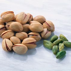 Step away from the nuts - 25 Ways to Cut 500 Calories A Day - Health Mobile+ Healthy Dishes, Healthy Treats, Get Healthy, Healthy Recipes, Pistachio Health Benefits, 500 Calories A Day, Get Thin, Post Workout Food, Low Calorie Recipes
